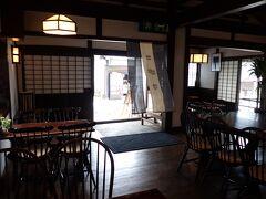 お昼はお客さんが少なくなった時間に大黒屋茶房さんで頂きます。とても雰囲気の良い店内です。大黒屋は馬籠宿の問屋や年寄役を勤めた家柄で、造り酒屋です。「夜明け前」では伏見屋として登場します。