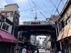 緊急事態宣言が発令される前日の2021年4月24日(土)。 JR阪和線の長居駅近くにある長居商店街。