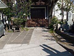薬園坂をくだり、明治通りに。このあたりはもう車の多い都心の道路という感じです。  明治通り沿いには明称寺というお寺がありました。