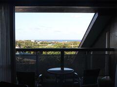 写真は宿泊した宿です。対岸に沖永良部島が眺められました。
