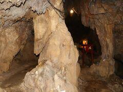 <赤崎鍾乳洞>与論島はサンゴ礁が隆起してできた島ですが、その石灰岩が地下水によって侵食され、長い年月をかけ洞窟となりました。