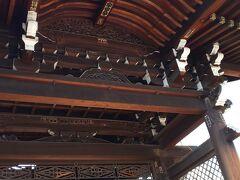 木組みの大変豪華な門で見ごたえがあります。  戦災によって焼失したため、その後建て直されたものです。