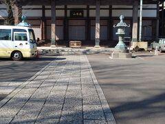 勅使門をくぐると大きな本堂がめに飛び込んできました。  善福寺は浄土真宗です。
