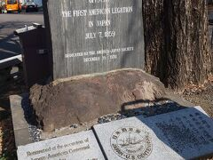 本堂ななめ前にはこんな歴史的な場所も。  最初のアメリカ公使宿館跡です。  ハリスの顔がレリーフとなった石碑があります。