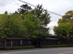 「ワイン民宿鈴木園。黒い素敵な塀でした。」11:07通過。 旧街道沿いの宿泊施設・飲食店です。