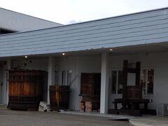 「ロリアンワイン白百合醸造 店先の大きなワイン樽」12:26通過。
