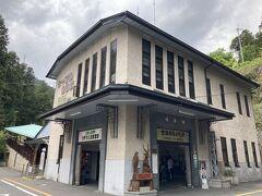 ケーブル坂本駅で下車。 大正14年に建設された洋風木造二階建ての駅舎は、国の登録有形文化財です。  比叡山 坂本ケーブル https://www.sakamoto-cable.jp/