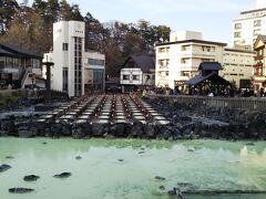 湯畑。 草津温泉のランドマークとなっている湯畑とは、温泉の源泉を地表や木製の樋に掛け流し、温泉の成分である湯の花の採取や湯温を調節する施設を指します。  日本三名泉の1つである草津温泉。 自然湧出量は日本一を誇り毎分32,300リットル以上、1日にドラム缶約23万本分もの温泉が湧き出しています! 草津の旅館や温泉施設で「源泉かけ流し」が出来るのはこの豊富な湧出量のお蔭です。 更に驚くべきは、その泉質。日本有数の酸性度で、pH値はナント2.1(湯畑源泉)。雑菌などの殺菌作用は抜群です