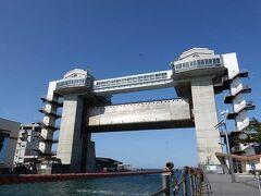 海沿いに走ります。 大型水門びゅうおです。