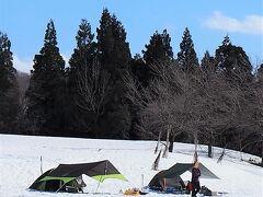 公園の一角には雪上キャンプ場があり、利用している数組のグループが・・・・・。