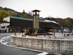 JR長野原草津口駅。 駅舎の端に土産物店を兼ねた売店は在りますが、それ以外に駅前、駅周辺にはガソリンスタンドが在るだけです。 PHOの乗る各駅停車は臨時特急の後なので、バスが到着してから40分ほど有りましたが、時間潰しが出来ません★
