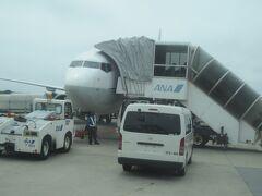 この便も少々遅れて那覇空港に到着。那覇空港では、バスでターミナルに移動します。