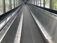 飯盛山への急階段を回避して、動く坂道へ。