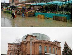 """グーテンベルク広場には、朝市の屋台が並んでいました。 """"州立劇場""""の前にも少々。 朝市の開かれるマルクト広場はクリスマス・マーケットになり、期間中はここに市が立つようです。"""