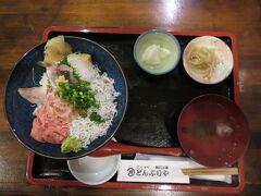夕食は、河津駅近くの伊豆海鮮どんぶりやで駿河海鮮丼(1738円)をいただく。この周辺はわさびの産地で、わさびはおそらくおろしたての生わさび。辛みと風味が普段口にするわさびと明らかに違う。海鮮よりもわさびに感動。