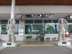 仏の里・国東半島にある空港らしく入り口には 仁王像が入り口付近に立っています