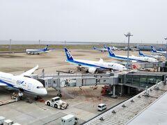 時間があるなら「展望デッキ」☆ 飛行機が見られます☆  そしてC滑走路が運用されていれば、奥の滑走路で離発着する飛行機が見られます。