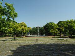園内は広々。遊具や噴水などもあり、散策や遊ぶのには絶好の場所。こういう公園が近くに欲しい。