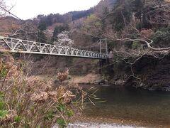 澤井ガーデンから見える 釣り橋も山桜が彩を添えて 2月よりも華やかです