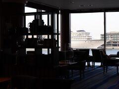 本日の宿は、みなとみらい21にある、ヨコハマグランドインターコンチネンタルホテル。  車を預け、2階でチェックイン。 1泊1,700円。  ピア8横に飛鳥Ⅱが停泊している。 乗客の陽性が判明し、クルーズが中止となった。