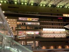 4/27(火)、テレワークを定時で終えてから滋賀の自宅を出発。  大きなスーツケースをガラガラ引っ張りながら駅まで歩き、琵琶湖線で大阪駅までやって来ました。 大阪は、緊急事態宣言発令中で、デパート系はデパ地下などの食料品売り場以外は休業中というのは知っていたけれど、駅に面しているからか、電気は付いてる店舗が多かったですね…。