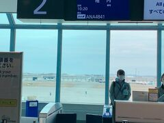 今までに日本国内、色々な所に旅行に出かけたけれど、同日に飛行機を乗り継いでまで国内旅行に行った事ってなかったなぁ、そういえば…と思います。 まぁ、出発地点が羽田や伊丹(今回は関空だったけど)なら、大抵の場所には、直行便で行けちゃいますからね…。    新千歳空港での乗り継ぎは、30分しかありませんでしたが、関空→稚内のフライト予約の際、その乗り継ぎ時間でOKだから出て来た乗り継ぎプランなわけだし、あんまり心配していませんでした。   でも、普段、国内線乗継を殆どしたことナイので、あの広い新千歳空港でどうやって30分で乗り継ぐのかな?って思ったら、新千歳空港に到着したとき、ちょうど良いタイミングで待機してたスタッフが声をかけてくださって(何で、私だって分かったんだろう?!)、こちらへどうぞ…と通常はスタッフしか開けられない扉を開けてくださり、2番搭乗口へ…と案内していただきました。  まだまだ時間的には余裕あるっしょ?なんて思ってトイレに行ってから2番搭乗口に行きましたけど、私が乗ったらすぐに扉が閉まったので、えっ、もしや私待ちだった?! スミマセン…って感じでした^^;