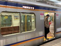 関空まで近いとは言っても、必ず1度乗り換えは必要です。   泉佐野駅で、空港急行に乗り換えます。 お隣のホームだったので、ラクチンでした。