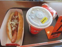 空港食堂には、初日にお邪魔したのでA&Wにしました。ホットドッグ。コニードッグというらしい。 ルートビア。これはお代わりできます。薬みたいな味だけど、ちょっと癖になる。