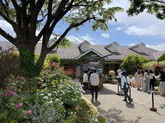 徒歩10分余り・・・広い住宅展示場の一角に横浜イングリッシュガーデンがあります。  まずまずの人出。