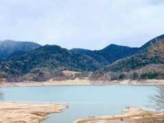 3分ほど歩いた先には、糠平湖が! 晴れてたらもっと嬉しかったけど、まぁしょうがない…。