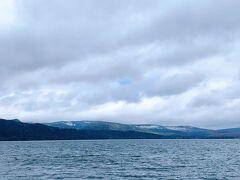 """オンネトーから車を走らせること約20分で、阿寒湖畔に到着。   車を停めて、まずは阿寒湖を見に来てみたけれど、曇ってたからなのか、あんまり感動はなかったなぁ…。 滋賀で、晴れた日に美しい琵琶湖を見過ぎて、私の中での""""キレイな湖""""のハードルがめっちゃ上がってるから…っていうのも確実にあると思います。 結局、阿寒湖の写真はコレ1枚しか撮ってなかったし。"""