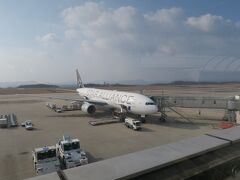 結局、 定刻 羽田700→広島830 実際 羽田752→広島901 ※参考 https://www.airportia.com/flights/nh671/tokyo/hiroshima/  飛行機の外に出られたのは910過ぎ。 900発の呉方面行きバスは行ってしまいました。 広島市方面へのバスの本数は多いので、いったん広島市へ出て、広島から鉄道かバスで呉に向かう方法もありますが、次の呉行きバスまで、空港で時間をつぶすことにします。  写真は広島空港展望デッキから撮影したもの。スターアライアンスデザインの飛行機がいたのでパチリ。