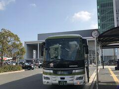 1130頃、新広駅で空港からのバスを降ります。 時刻表には、新広駅は希望があるときのみ停車するとあったので、乗車時に運転手さんに申し出ました。 ちなみに東京や新横浜を6時ちょっと過ぎの「のぞみ」に乗り、広島で呉線に乗り換えれば、1040頃には新広駅に着いていました。  ここでとびしま海道方面へのバスに乗り継ぎます。  …と書くと簡単そうですが、実はここまで分かるのに多少時間がかかりました。  空港からのバスのバス停の名は、新広駅。(広島電鉄) 一方、とびしま海道方面へのバス停の名は、広支所。(さんようバス)  停留所の位置は、区画整理された駅前に建つ公共施設のあちら側かこちら側かの違いだけです。  ちなみに私が利用したさんようバスは、広島バスセンター(広島市内)発の便もあります。 この他にも、新広駅近くにある中国労災病院発の路線もあります。  ルイルイや田中要次の苦労がわかります。あの番組、有名人使ってよくやるよ…