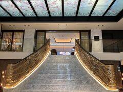 階段を上がるとサロン・ド・テ。天井は桜のデザイン、館内には和のテイストがちりばめられています。