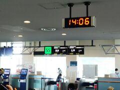 そして、今回、函館行きの搭乗口は一番先端の(一番遠い)「55番」☆ すぐ近くにトイレがありますが、そこそこ混んでいます。