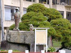 更にその向かいは、ここ熱川温泉を発見したと言われる太田道灌の像。