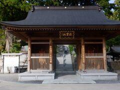 真新しい仁王門をくぐり石段を上って境内に入ります。どの建物も新しくなっています。お寺の人気は高そうです。