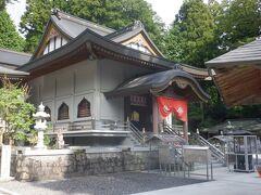 2009年にできた白亜のモダンな本堂です。ドライブとロープウェイで観光も楽しめる、家族での参詣のニーズにマッチしたお寺でした。