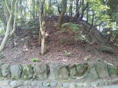 石の列に囲まれたこんもりした小さな丘は奥の宮の中心付近にある宮地嶽古墳である。