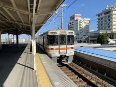 弁天島での観光を終え、豊橋行きの列車に乗り込みます。