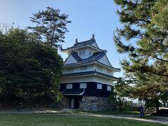 かつてこの地に吉田城というお城が築かれていました。 現在は戦後に復興された鉄櫓が豊川のほとりに建っています。