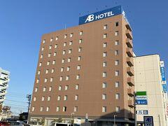 夕食の前に先にホテルにチェックインしました。 繫華街からは駅を挟んで反対にあるABホテルさんにお世話になります。