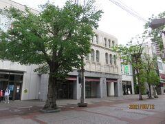 ゆずが路上ライブを行っていた旧横浜松坂屋の建物は、今は商業店舗のカトレヤプラザに建て替えられましたが、アールデコ調の外観は一部残されています。