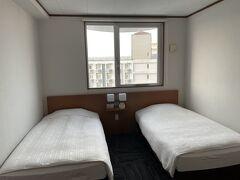 定宿のホテルチューリップ石垣島へチェックイン。 コロナで送迎バスがなくなってるのが痛い。  今回は「お部屋お任せプラン」にしましたが、ツインルームになりました。 このプランはちょっとお得です。 ですが、この部屋…エアコンの効きが悪く、ほぼ送風状態…(*´Д`) 気温が暑くなかったのが幸いです。
