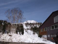 湯駒荘を通り過ぎまして、標高1100mの旭岳ロープウェイ乗り場へ。  5月3日、真冬並みの寒さで旭岳は大雪に見まわれました。 その名残りがこれ。