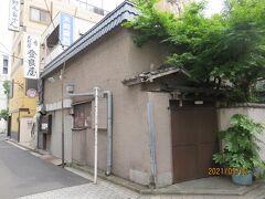 伊勢佐木モールのゲート近くの路地を入ったところにある天ぷらの登良屋。旬の食材をごま油で揚げた天ぷらで一杯やるのも乙。こちらは、5月17日まで休業中。5月末まで延長となるかも。
