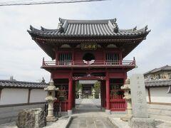 浄念寺 JR桶川駅東口から桶川駅通り商店会を進み3分ほど、静かな住宅地に建つ浄土宗の寺院です。寺の象徴ともいえる朱色の仁王門は1701年に再建されたもので、二体の仁王像は1768年に開眼されたとのことです。仁王門の上にはかつて1741年に鋳造された梵鐘が置かれ、桶川宿中に時を知らせていたそうですが、戦災で焼失、現在の梵鐘は昭和になって鋳造されたものが置かれています。