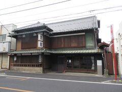 浄念寺から中山道へ。 中山道沿いに建つ武村旅館。 JR桶川駅東口から桶川駅通り商店会を進み5分ほど、中山道を右折したところに建つ登録有形文化財に指定されている旅館です。明治時代に板橋宿から移転してきた旅館で、現在もビジネス旅館を営んでいます。建物内部は見学することはできませんでしたが、1852年建築の木とブリキの外観と瓦屋根、格子窓の建物は歴史が感じられ趣があります。旅館と書かれた大きな看板が目印です。