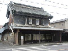 矢部家 JR桶川駅東口から6分ほど、中山道沿いに建つ、桶川市の有形文化財に指定されている土蔵の重厚な建物です。1905年に建てられた建物で、桶川市に残る唯一の土蔵造りの店舗です。かつては穀物問屋や紅花の商いをしていたそうで、店舗の奥には1884年に建てられた土蔵の文庫蔵も残っているそうです。文庫蔵は見学できませんでしたが、中山道沿いに建つ店舗の姿から、当時の繁栄していた姿を思い浮かべることができました。中山道を挟んで向かいには、登録有形文化財に指定されている小林家住宅が建っています。