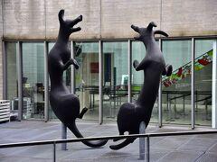 仙石原にあるポーラ美術館に おもしろいオブジェです。 狐でしょうか?犬でしょうか?